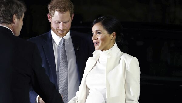 Meghan Markle, la duquesa de Sussex, y el príncipe Harry - Sputnik Mundo