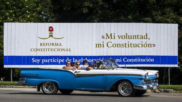 Un cartel sobre la reforma constitucional en La Habana, Cuba - Sputnik Mundo