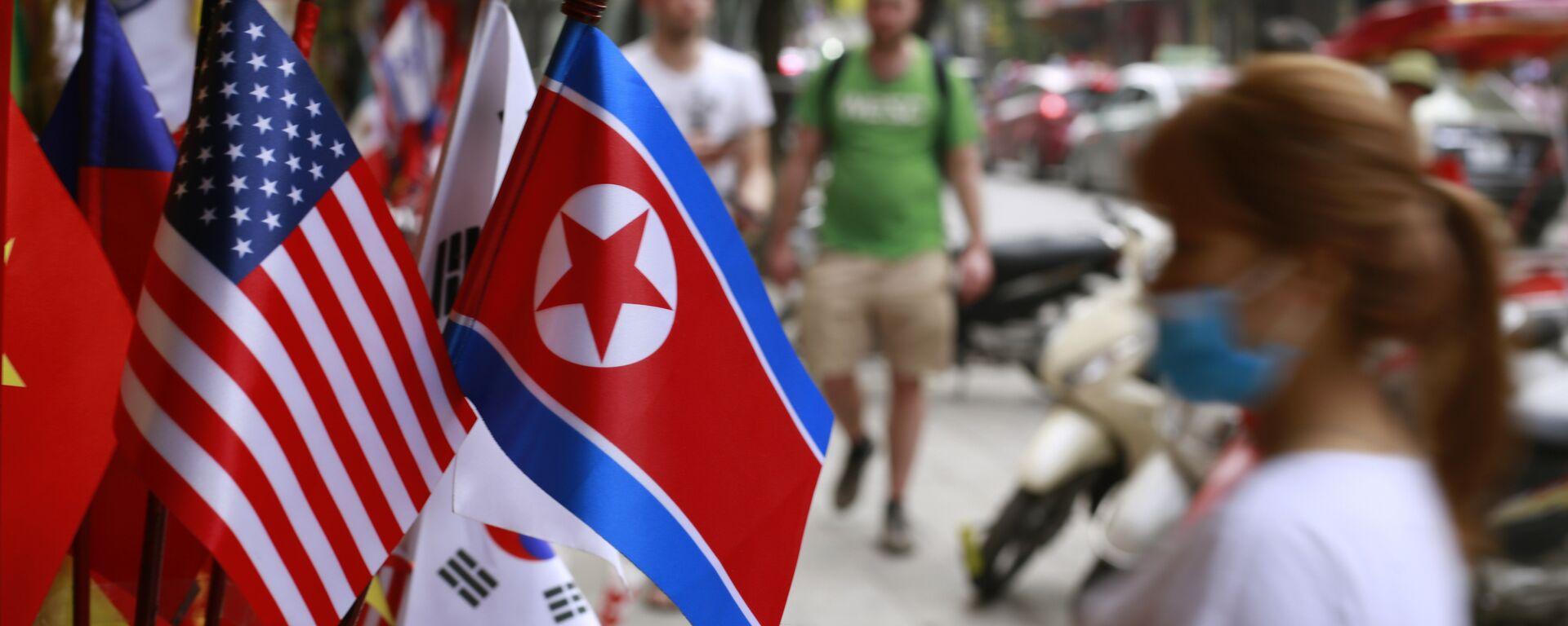Las banderas de Corea del Norte y EEUU - Sputnik Mundo, 1920, 28.04.2021