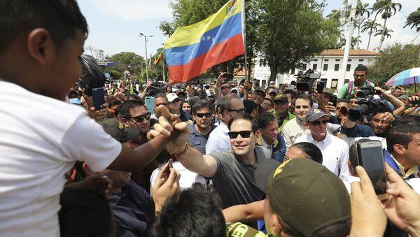 El senador de EEUU, Marco Rubio, estrecha la mano a un niño durante su visita a la ciudad de Cúcuta en Colombia - Sputnik Mundo