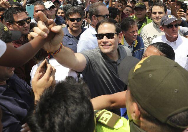El senador de EEUU, Marco Rubio, estrecha la mano a un niño durante su visita a la ciudad de Cúcuta en Colombia