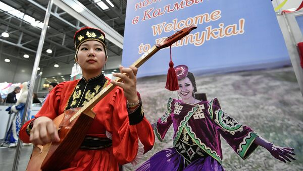 Una jóven calmuca, representante de una de las etnias de Rusia (imagen referencial) - Sputnik Mundo