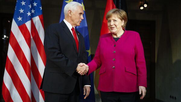 Ángela Merkel, canciller de Alemania, recibe a Mike Pence, vicepresidente de EEUU, en la COnferencia de Seguridad de Múnich (Alemania) el 16 de febrero de 2019 - Sputnik Mundo