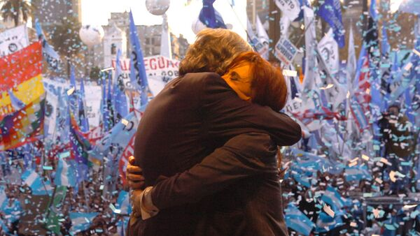 Los expresidentes de Argentina Néstor Kirchner y Cristina Fernández abrazados en un acto - Sputnik Mundo