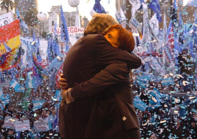 Los expresidentes de Argentina Néstor Kirchner y Cristina Fernández abrazados en un acto