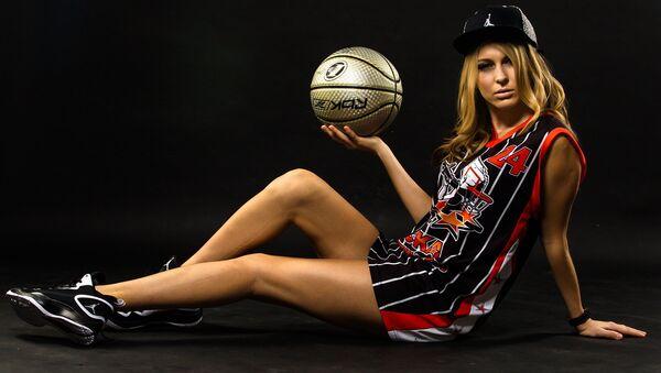 Una joven con un balón de baloncesto - Sputnik Mundo
