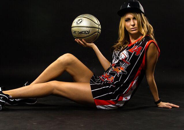 Una joven con un balón de baloncesto