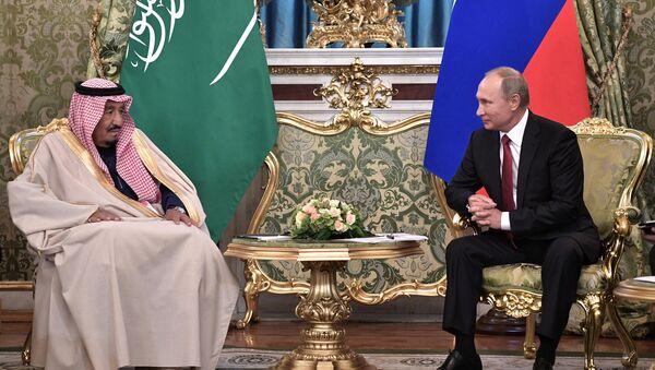 El rey de Arabia Saudí, Salmán bin Abdulaziz, y el presidente ruso, Vladímir Putin - Sputnik Mundo