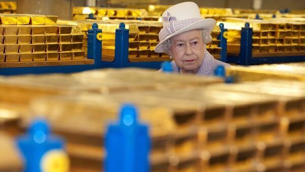 La reina Isabel de Inglaterra visita una bóveda de oro en el Banco de Inglaterra - Sputnik Mundo