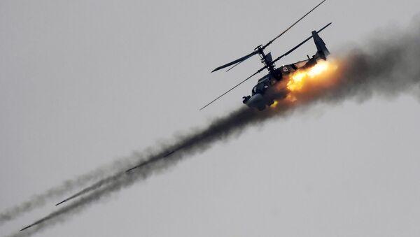 Un Ka-52 lanza misiles no guiados - Sputnik Mundo