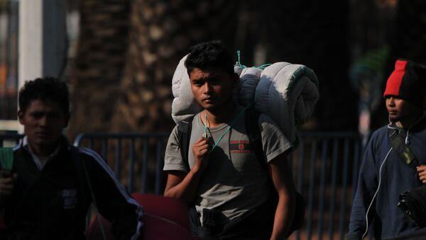 Migrante llega al albergue del estadio Palillo, en la Ciudad de México - Sputnik Mundo