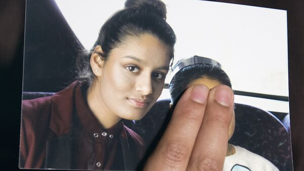 In this file photo taken on February 22, 2015 Renu Begum, eldest sister of missing British girl Shamima Begum, holds a picture of her sister while being interviewed by the media in central London - Sputnik Mundo
