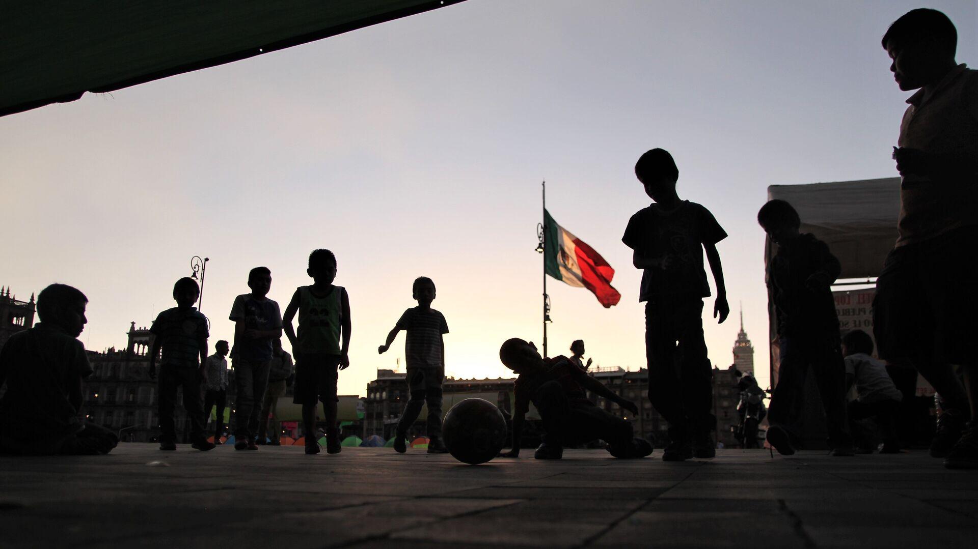 Ciudad de México. Niños desplazados por grupos paramilitares en el estado de Guerrero, permanecen en un plantón frente el Palacio Nacional. - Sputnik Mundo, 1920, 03.03.2021