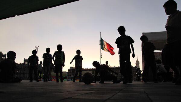 Ciudad de México. Niños desplazados por grupos paramilitares en el estado de Guerrero, permanecen en un plantón frente el Palacio Nacional. - Sputnik Mundo