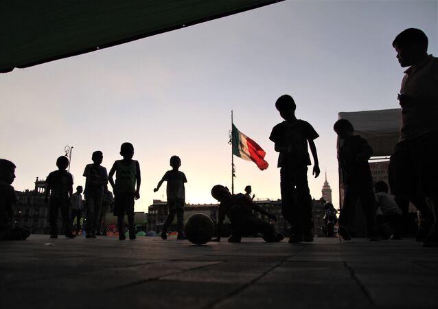 Ciudad de México. Niños desplazados por grupos paramilitares en el estado de Guerrero, permanecen en un plantón frente el Palacio Nacional.