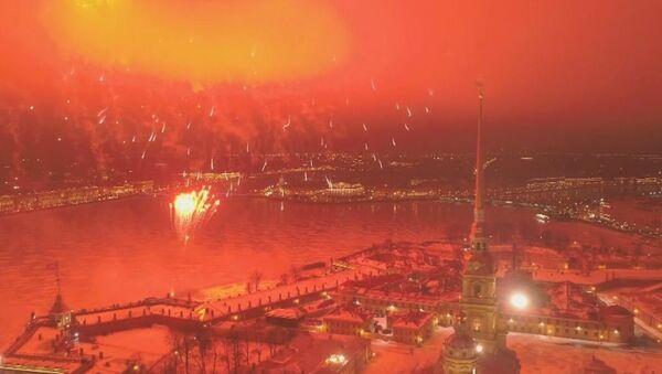 Fuegos artificiales culminan la celebración del Día del Defensor de la Patria en Rusia - Sputnik Mundo
