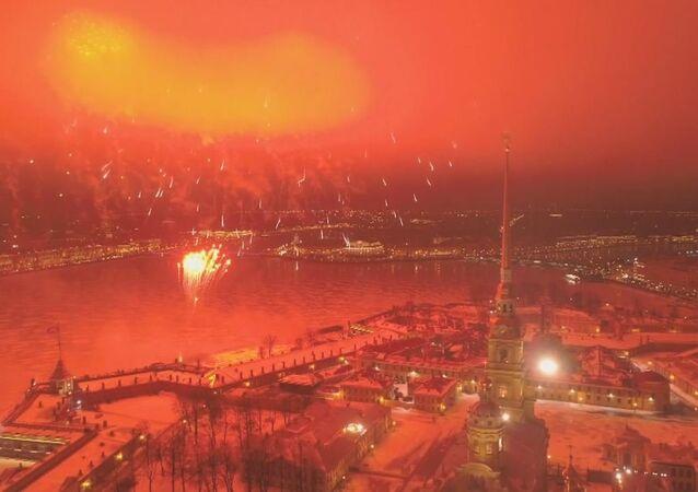 Fuegos artificiales culminan la celebración del Día del Defensor de la Patria en Rusia