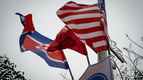 Banderas de Corea del Norte y EEUU (archivo) - Sputnik Mundo