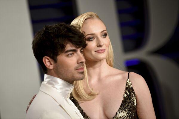 Sensualidad y elegancia: los atuendos más deslumbrantes de la 'afterparty' de los Oscar - Sputnik Mundo