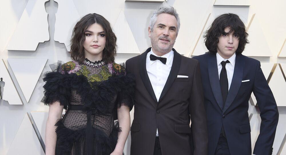 El director Alfonso Cuarón y su hijo Olmo, en la alfombra roja de los Oscar