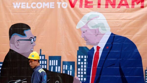 Una pancarta que representa al líder norcoreano, Kim Jong-un, y al presidente de Estados Unidos, Donald Trump, antes de la cumbre entre Corea del Norte y Estados Unidos en Hanói - Sputnik Mundo