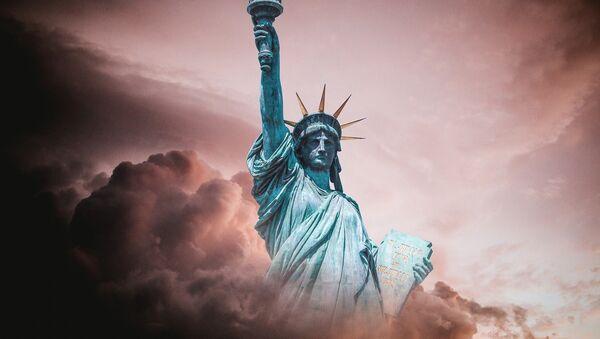 La estatua de la libertad entre las nubes  - Sputnik Mundo