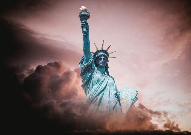 La estatua de la libertad entre las nubes (imagen referencial)