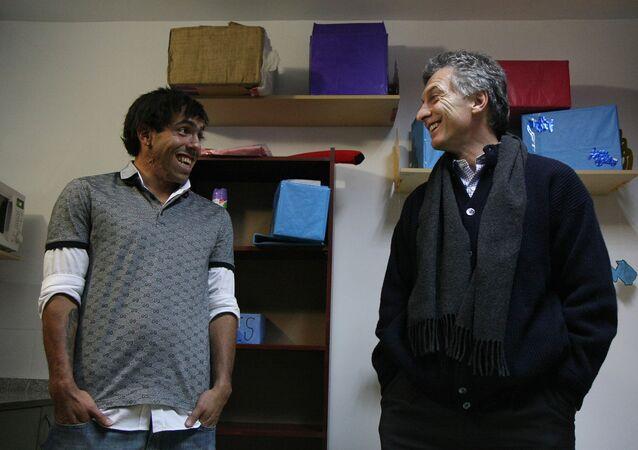 El jugador de fútbol Carlos Tévez y el presidente de Argentina, Mauricio Macri