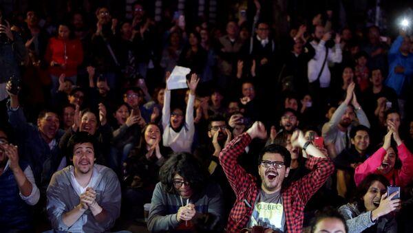 Vecinos de la colonia Roma de la ciudad de México miran la entrega de los premios Oscar - Sputnik Mundo