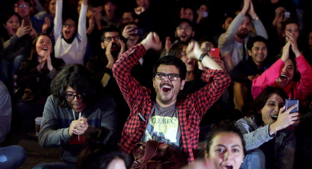 Vecinos de la colonia Roma de la ciudad de México miran la entrega de los premios Oscar