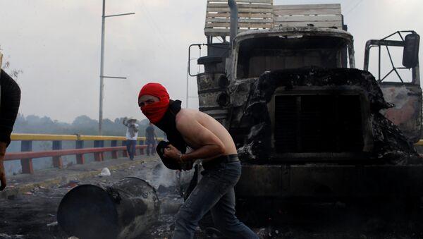 Un camión quemado en la frontera entre Venezuela y Colombia - Sputnik Mundo