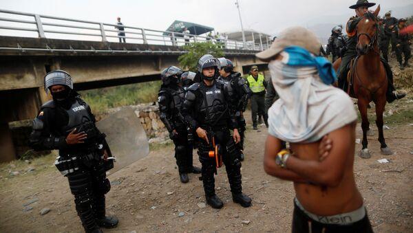 Policía colombiana y opositores venezolanos en Cúcuta - Sputnik Mundo