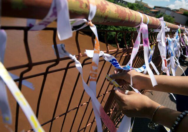 Cintas con nombres de las víctimas del colapso de una represa en Brumadinho
