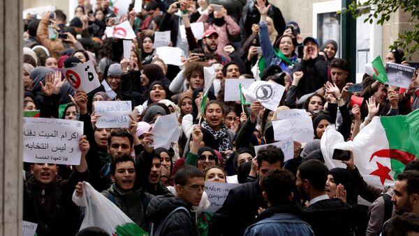 Estudiantes protestan en el campus universitario contra el plan del presidente Abdelaziz Bouteflika de extender su gobierno - Sputnik Mundo