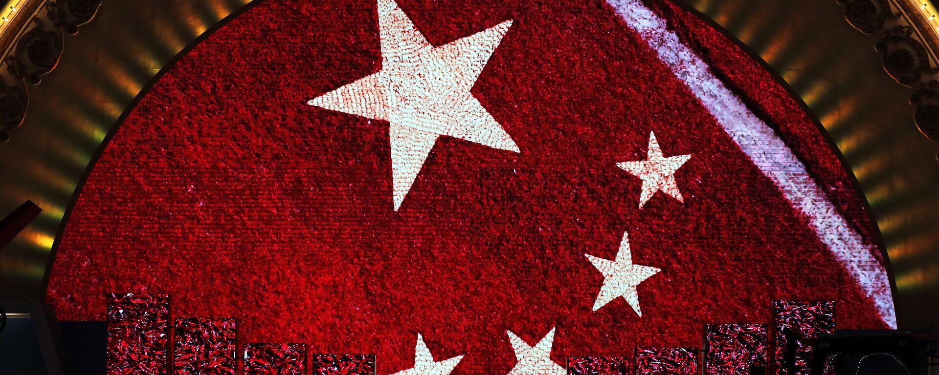 Una pantalla enseña la bandera de China para los visitantes de una exhibición (imagen referencial) - Sputnik Mundo, 1920, 24.04.2021