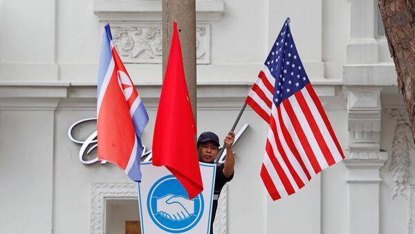 Banderas de Corea del Norte, Vietnam y EEUU en Hanói - Sputnik Mundo