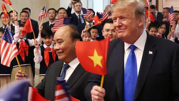 Primer ministro de Vietnam, Nguyen Xuan Phuc, y el presidente de EEUU, Donald Trump - Sputnik Mundo