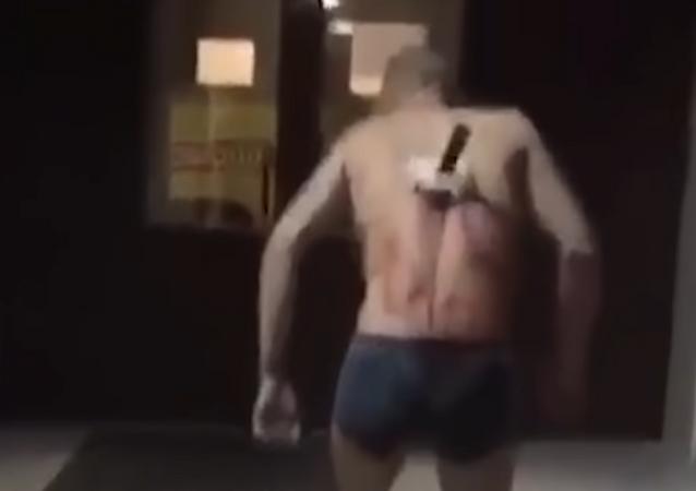 Un ruso sale a fumar con un cuchillo clavado en la espalda: Está usted a punto de morir