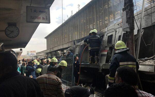 Bomberos en el lugar del descarrilamiento de un tren en El Cairo - Sputnik Mundo