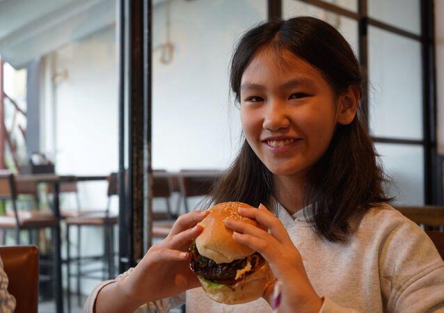 Una joven con una hamburguesa Durty Donald