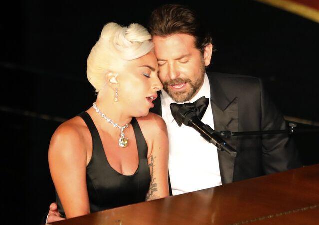 Los artistas Bradley Cooper y Lady Gaga durante la ceremonia de los 91 Premios Oscar, el 25 de febrero de 2019, en Los Ángeles (EEUU)