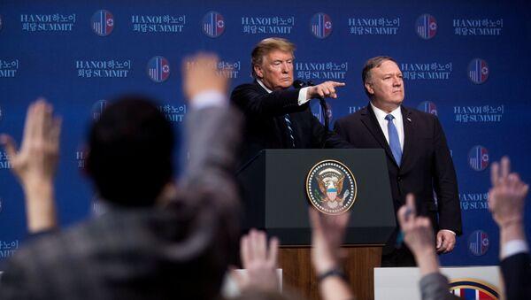 Donald Trump, presidente de EEUU junto al secretario de Estado, Mike Pompeo en Hanói, Vietnam - Sputnik Mundo