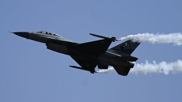 Un caza paquistaní F-16  - Sputnik Mundo