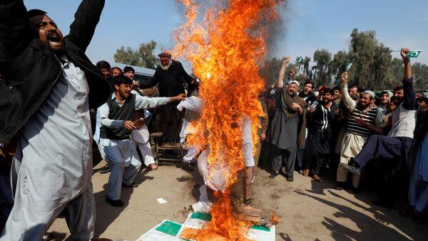 Queman en Pakistán la bandera de la India contra la violencia aerea - Sputnik Mundo
