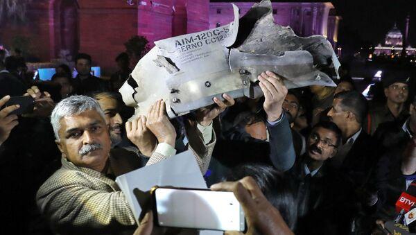 Funcionarios de la Fuerza Aérea de la India muestran los restos de un misil aire-aire que, según dicen, fue disparado por un avión de combate de la Fuerza Aérea de Pakistán durante un ataque sobre Cachemira - Sputnik Mundo