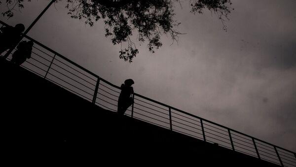 Maestro de la UNAM parada en un puente de la Facultad de Veterinaria de la UNAM. - Sputnik Mundo