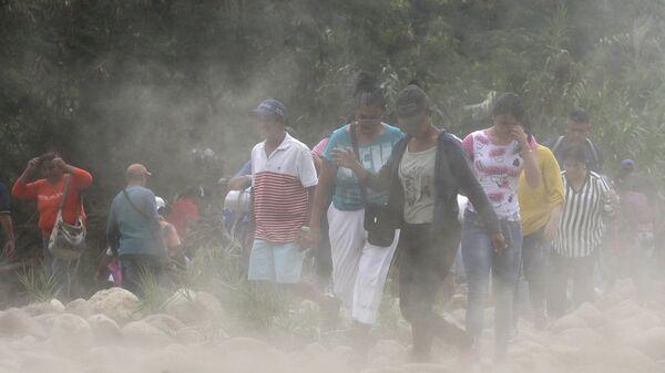 Venezolanos en la frontera con Colombia (archivo) - Sputnik Mundo