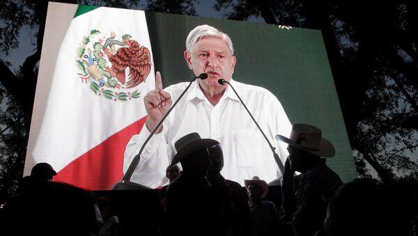 Andrés Manuel López Obrador da un discurso y aparece en una pantalla - Sputnik Mundo