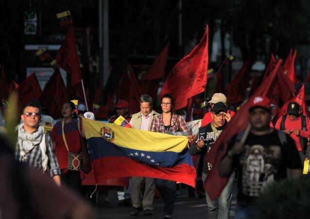 Contingente con la bandera venezolana marcha sobre Paseo de la Reforma, en Ciudad de México