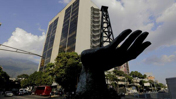 La esculptura de una bomba de gasóleo frente a la sede de la empresa venezolana PDVSA - Sputnik Mundo
